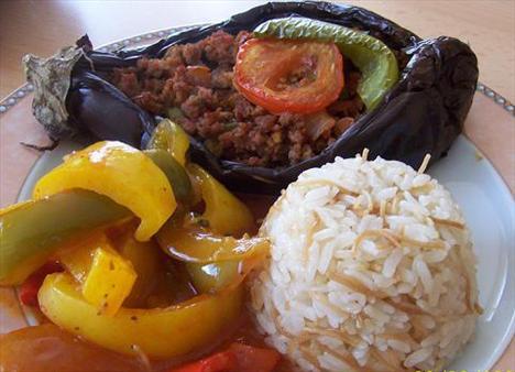 Karnıyarık + pirinç pilavı + cacık = 800 - 900 kalori  Karnıyarık yaparken, harç ve patlıcan kızartılarak değil de çiğden pişirilmeli. Bu mönüden pilav çıkartılarak, cacık yağsız yoğurttan yapılırsa sağlıklı bir mönü hazırlamış olursunuz.