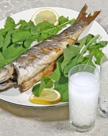 Izgara balık + salata + 2 duble rakı = 700 - 800 kalori  Balığın ızgara olması iyi bir seçim. Kalori miktarını azaltmak için rakı yerine şarap tercih edilebilirsiniz.