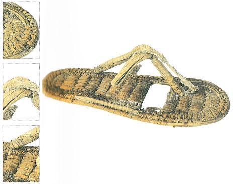 Yandaki resimde gördüğünüz sandalet hasırdan yapılmış ve altınla işlenmiş. Mısır'ın 18. hanedanından Tutankamun'un hazineleri arasında yer alıyor. Tarihin ilk ayakkabı/terliklerinden olan bu sandalet şu anda Kahire'deki Kahire Müzesi'nde sergileniyor.