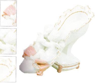 19. yüzyıla ait bu ayakkabı Çin saraylarında giyiliyorddu. Bu beyaz porselen ayakkabı Roma İnternational Ayakkabı Müzesi'nde sergileniyor.