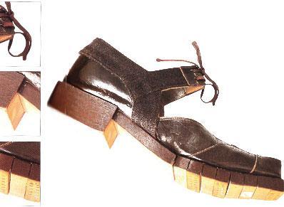 20. yüzyılda ayakkabılar sadece model olarak değil, işlevsellik olarak da gelişmeye başladı. İnsanların ihtiyaçlarına göre şekil almaya başlayan ayakkabılar, zaman zaman modanın önüne geçti.  Örnek olarak 1942 yapımı bu savaş ayakkabısını gösterebiliriz. tahta tabanıyla tamamen dayanıklılık ön planda.