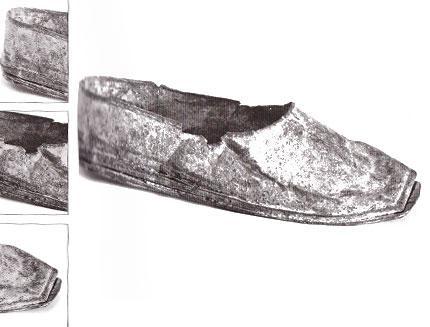 Milattan Önce 800'lü yıllarda prensesler, lordlar, işçiler ve şovalyeler ayaklarındaki ayakkabılara göre ayırt ediliyordu. Yani ayakkabı bir çeşit soyluluk göstergesiydi.  M. Ö. 800'lü yıllara ait bu demir ayakkabı, İsviçre'deki Bally Müzesi'nde sergileniyor.
