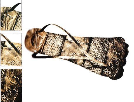 Ayakkabıların yıpranmış yerleri bize o ayakkabının giyildiği dönemler ve o ayakkabıyı giyen insanlar hakkında bilgi verir. Mesela çinli kadınların ayaklarının ne kadar küçük olduğu ya da Hindistandaki çevre koşullarının ne kadar zorlu olduğu gibi.  Bu gümüş sandal Bizans Dönemi'ne ait. Sadece bu ayakkabının malzemesine ve işlemesine bakarak Bizanslıların ne kadar gelişmiş ve zengin insanlar olduğunu anlayabiliyoruz.
