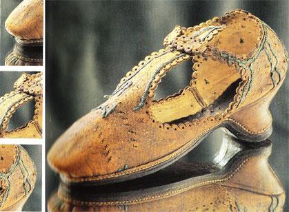 Fransa'da III. Henry zamanına ait bu ayakkabı, kenar süsleriyle dikkat çekiyor. Bu deri kadın ayakkabısı Roma İnternational Ayakkabı Müzesi'nde sergileniyor.