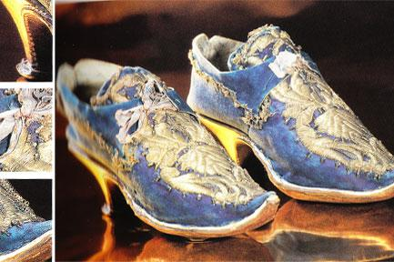 17. yüzyıla geldiğimizde artık ayakkabılar sadece konfor için değil, aynı zamanda şıklık için de giyilmeye başlanıyor. Tıpkı bu fotoğraftaki ayakkabı gibi...  Mavi deri üzerine gümüş ipliklerle işlenmiş bu kadın ayakkabısı 17. yüzyıla ait.