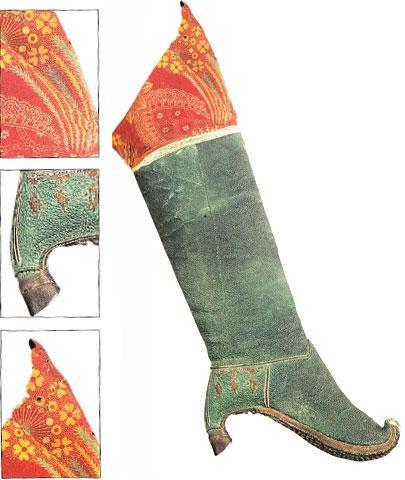 Pers İmparatorluğu milattan önce 500 yılında kuruldu ve dört bir yandan genişledi... Bu da persleri bir çok kültürü içinde bulunduran homojen bir topluluk haline getirdi...   Akad kralları onlara ayakkabılar ve kıyafetleri değiştirmeyi önerdiğinde, tavsiye edilen ayakkabılardan biri de yandakiydi.  Deri ve işlemeli kumaştan yapılmış bu bot, daha çok at biniciler için yapılmıştı.