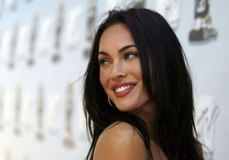 Yıllar önce davetlerde sıradan giyim tarzıyla boy gösteren seksi yıldız Megan Fox, şöhrete kavuştuğu 'Transformers' serisiyle bambaşka bir kadına dönüştü