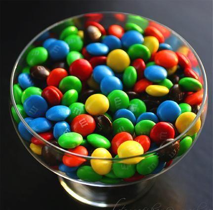 """YEDİNCİ ENGEL: Son haberlerden sonra M&M'leri asprin gibi yutmaya mı başladın?  Yanlış olan ne?  Haberlerde görmüşsündür: Kakao; kan basıncını, kalp krizi, inmeyi, bunamayı ve muhtemelen de kanser riskini azaltıyor. Ancak araştırma anlatıldığı kadar lezzetli değil. Çünkü çalışmalarda kullanılan, kakao tohumundan üretilmiş ürünlerin, marketten aldığın yüksek oranda islenmiş çikolatalı sekerlerle bir ilgisi yok. Campbell """"28 gram sütlü çikolatada 150 kalori ve 10 gram yağ bulunmaktadır"""" diyor.    Engeli aş: Buradaki kilit nokta ufak dozlardır. Siyah çikolata işlemden geçirildiği sırada içeriğini daha fazla bozulmadan koruyabildiği için sütlü çikolataya göre genel olarak daha az yağ ve kalori içerir. Bu yüzden sütlü çikolataya göre daha zengindir. Eğer siyah çikolata sevmiyorsan düşük kalorili seçenekler de bulunuyor."""