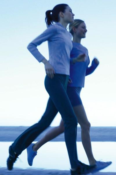 """BİRİNCİ ENGEL: Sabah altıda egzersize başlayanlar  Yanlış olan ne?  Sabah egzersizleri harika ancak aksam 22:00'da yatıyorsan. American Journal of Epidemiology 'de yayımlanmış bir araştırmada günde sadece ahi saat uyuyan kadınlar, yedi saat ve üstü uyuyanlardan yüzde 12 fazla kilo almaya meyilli oluyor (Bu da 16 senede ortalama 15 kilo demek). Uykusu düşük kalitede olan ve bes saat uyuyanlar ise yüzde 32 oranda 13 ve üstü kilo alabiliyor, öte yandan farklı çalışmalar az uykuyu yüksek beden kitle indeksiyle bağlıyor ve bedende beslenmeyi düzenleyen ghrelin ve leptin hormonlarına ters etkisi olduğunu öne sürüyor.    Engeli aş: Uykunu feda etme. Koşuya bile çıkacak olsan unutma ki kalite miktardan daha önemlidir, öğlen biraz kestiririm, aynı hesaba gelir diye düşünme. Uyku ve günlük ritimler üzerine araştırmaları yürüten, Missouri'St. Louis Üniversitesi profesörlerinden Doktor Donna Taliaferro, 20 dakikalık uyuklamaların gerçek (derin)uyku gibi olmadığını söylüyor. """"Bedenin sağlıklı çalışabilmesi için insana gerçek güc katan uyku haline geçmesi gereklidir. Bunun içinde birkaç saat gerekir"""" diyor. Uzun lafın kısası bedenin için Pilates dersinde uyuklamaktansa, gerçekten uyumak daha değerlidir."""