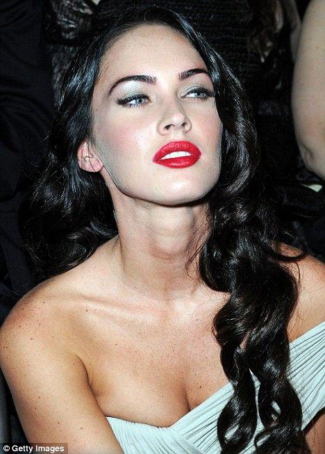 Seksi oyuncu Megan Fox, Paris'te gerçekleştirilen Armani defilesini Armani imzalı kostümüyle izledi!