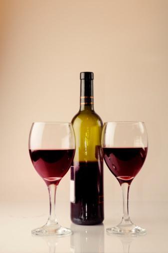 KIRMIZI ŞARAP  Alkol Hacmi:  Yüzde 10 ile 15 Kalori: 125 ml için 85 kalori    Dengeli tüketildiğinde sağlığınız için en yararlı olan alkollü içkidir. Kırmızı şarapta ayrıca beyaz şaraba oranla, daha fazla potasyum, demir ve antioksidan da bulunur. Günde bir ila iki kadeh kırmızı şarap, yetişkinlikte başlayan şeker hastalığına, kalp rahatsızlıklarına ve Alzheimer'a iyi gelir. Ayrıca daha kolay uyumamıza yardımcı olur. Buna karşılık kırmızı şarabın yaratacağı akşamdan kalmalık, beyaza göre daha şiddetli olur.