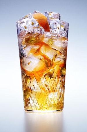 VOTKA  Alkol Hacmi: Yüzde 40 Kalori: 25 ml için 55 kalori    Alkollü içkiler içinde en saf olanıdır, o kadar iyi damıtılır ki maya içermez. Bu nedenle mayasız beslenilen diyetlerde içilebilir. Ayrıca bu saflık sayesinde sizi akşamdan kalma yapma ihtimali en düşük içkidir.