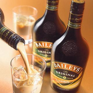 BAILEYS  Alkol Hacmi: Yüzde 18 Kalori: 50ml için 160 kalori    İrlanda viskisi ve krema karışımı olan bu içki, doymuş yağ açısından zengindir. Bir ölçü Baileys, 2 çikolatalı bisküviye eş değerdir. Yüksek kalorili olmasına rağmen, tatlı olması fazla içilmesini engelleyebilir. Ayrıca içinde bulunan krema da alkol emilimini yavaşlatır.