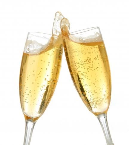 ŞAMPANYA  Alkol Hacmi:  Yüzde 12 Kalori: 125 ml için 93 kalori     Şampanya içmenin hiçbir faydası olmadığı gibi bazu dezavantajları da vardır. Köpüklü olduğundan alkol kana daha çabuk karışır. Baş dönmesine sebep olmasının sebebi de gene köpüklü olmasıdır; çünkü bu, hem nefes almanıza, hem de alkol almanıza neden olur. Köpük ve alkol bir araya geldiğinde, reflü ve mide yanmasına sebep olabilir.