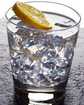 CİN  Alkol Hacmi: Yüzde 37,5 Kalori: 25 ml için 55 kalori    İçeriğinden dolayı diüretik etkisi vardır, bu da susuzluğunuzu artırabilir. Bir şeylerle karıştırılıp içilebilen içkiler daha kalorilidir ama, alkol emilimini yavaşlatırlar.