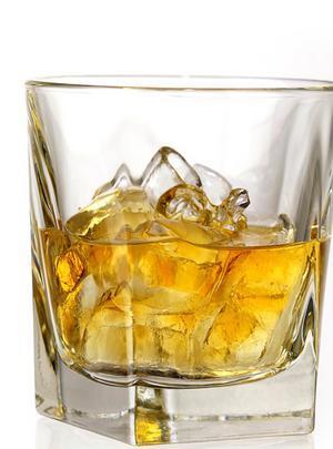 VİSKİ  Alkol Hacmi:  Yüzde 40 Kalori: 25 ml için 55 kalori   Kırmızı şarap gibi antioksidan özellikler taşır. Yapılan bir araştırma, az miktarda tüketimin kalp hastalıklarına iyi geldiğini göstermektedir. Ayrıca kalp krizi ve katarakt riskini azalttığı da belirlenmiştir. Geçen sene Glasgow'daki bilimsel bir konferansta ise malt viskinin, karadut ve nar gibi yumuşak meyvelerde de bulunan ellajik asit içerdiğinden, kansere iyi gelebileceği ortaya konulmuştur. Ancak akşamdan kalma hali oldukça şiddetli olacaktır.