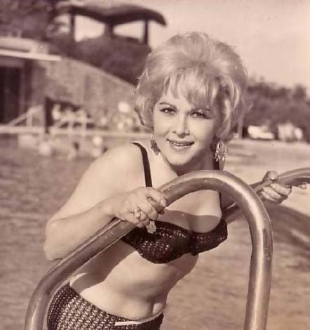 Yeşilçam'da bir dönem sadece fettan kadınlar sarı saçlı olurdu. Onların en ünlülerinden biri de Suzan Avcı. O da 1960'ların Yeşilçam'ının en ünlü sarışınlarından biri.