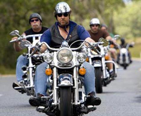 Russell Crowe Ünlü aktör, 'Gladyatör' filmini çevirdikten sonra birkaç arkadaşıyla birlikte Avustralya çevresinde motosikletle 4000 millik bir gezi yaptı...