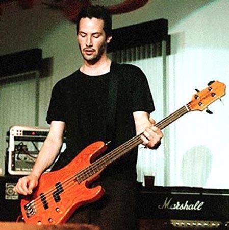 Keanu Reeves Gitar çalmaya 23 yaşında başlayan Reeves, rock grubu Dogstar'da bas gitar çalıyor. Grup, son olarak Bon Jovi turnesinde ön grup olarak sahne aldı.