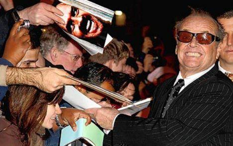 Jack Nicholson babası tarafından küçük yaşta terk edildi. Yıllarca büyükannesinin annesi, annesinin de ablası olduğuna inanarak yaşadı. Ta ki bir gazeteci onun hakkında yaptığı araştırmada tüm gerçeği ortaya çıkarana kadar.