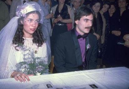 Genellikle insanlar bir kez evlenir ve bunun ömür boyu sürmesini diler. Ama herkes için özellikle gösteri dünyasının ünlüleri için durum pek de öyle olmaz. Binbir umutla başlayan evlilikler kısa sürede sona erer. Sonra bir yenisi başlar. İşte gösteri dünyasının ünlüleri ve bir zamanler evli oldukları 'eski' eşleri.  Mehmet Ali Erbil Türkiye'nin en çok evlenen ünlülerinden biri. Erbil genç yaşında kızı Sezin'in annesi Muhsine Kamiloğlu ile ilk evliliğini yaptı. Daha sonra boşandığı Kamiloğlu ile bir kez daha evlendi.