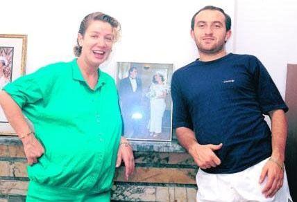 Sayan daha sonra Beşiktaşlı Sinan Engin ile evlendi ve bir erkek çocuk sahibi oldu. Ama bu evlilik de boşanmayla bitti.