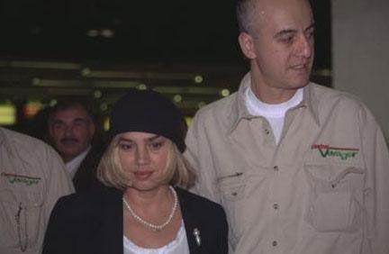 Aksu, 1993 yılında gazeteci Ahmet Utlu ile evlendi.