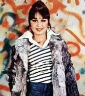 Sezen Aksu Türk pop müziğinin minik serçesi Sezen Aksu, ilk olarak Hasan Yüksektepe ile nikâh masasına oturdu.