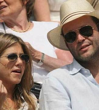 Jennifer Aniston, Pitt'ten ayrıldıktan sonra teselliyi Vince Vaughn'da bulduğunu sandı. Ama bu ilişki kısa sürdü. Aniston'ın adı Gerard Butler, Bradley Cooper'ın da aralarında bulunduğu bir çok yakışıklıyla anıldı.
