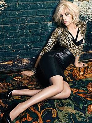 Mango 2009-2010 Kış sezonu için Scarlett Johansson'u reklamlarına taşıdı. Reklam karelerinde Johansson oldukça dişi formda görüntülendi.