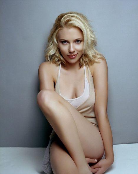 Kadın koleksiyonuna yeni bir soluk getiren Scarlett Johansson'un yanısıra erkek koleksiyonunun tanıtımını da Jeremy Irons'ın oğlu Max Irons üstlendi.