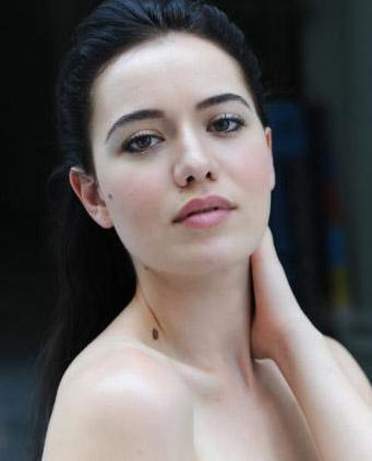Fahriye Evcen Malum, onu herkes Monica Bellucci'ye benzetiyor. Belki seksapeli onun kadar etkileyici değil ama bu da çözülmeyecek bir sorun değil. Genç oyuncu Bellucci'nin herhangi bir filminde oynayabilirdi. Sözgelimi, İtalyan yıldıza uluslararası alanda isim kazandıran Malena'da.