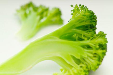 """Brokoli ve çiğ lahana • Bu lif ve besin zengini sebzeler oldukça sağlıklıdır; ancak midede gaz yapıcı yiyeceklerden oldukları çok iyi bilinmektedir. Neyse ki, çözüm basittir. """"Onları pişirmek -ya da en azından-kabuğunu soyarak hafifçe kaynatmak gaza neden olan sülfür bileşenlerini etkisiz hale getirecektir"""" diyor Ryan."""
