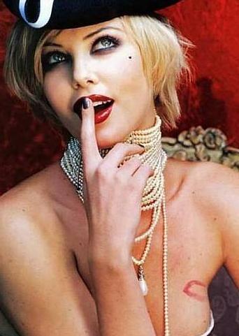 Charlize Theron, kadın seri katil Aileen Wournos'u canlandırdığı Cani (The Monster) adlı film ile Oscar ödülü kazandı.