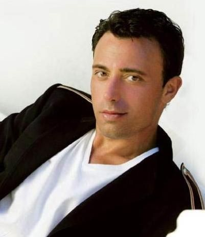 Mustafa Sandal  1996'da Londra'ya yerleşen sanatçı Amerika'nın New Hampshire Üniversitesi'nde yarım bıraktığı eğitimine American College Of London'da devam etti.
