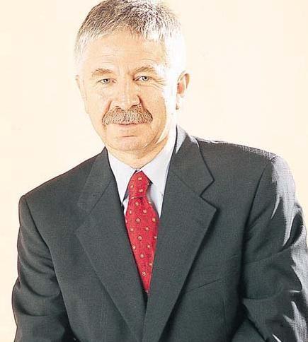 Ali Kırca  İstanbul Üniversitesi Tıp Fakültesi ve Hukuk Fakültesi'nde okudu.