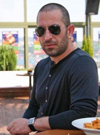 Cem yılmaz  Boğaziçi Üniversitesi Truzim ve Otel Yönetimi Bölümü'nde okudu.
