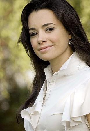 Özgü Namal  İstanbul Üniversitesi Devlet Konservatuvarı Tiyatro Bölümü'nden mezun oldu.