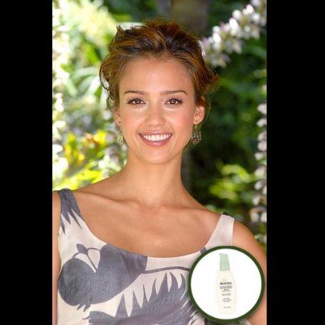 Jessica Alba: Jessica Alba, genç ve güzel kalmanın gerçek formülünü bulmuş. Dışarı çıkmadan yüzüne ve tüm vücuduna Aveeno'nun 30 koruma faktörlü kremin süren Jessica, bu şekilde 50 yaşında bile hala 30 yaşında görüneceğini söylüyor.