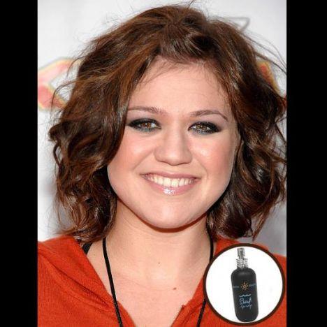 Kelly Clarkson: Her zaman doğallıktan yana olduğunu söyleyen Kelly Clarkson, sprey kokulardan vazgeçemiyor. Ayrıca makyaj çantasında siyah göz kalemi ve göz altı kapatıcısı mutlaka var.