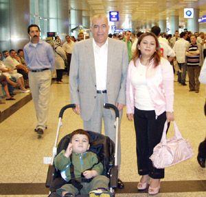 Halis Ağa,üçüncü evliliğiyle kendi çocuklarını bile şok etti.İkinci eşinden boşanan Halis Toprak ,kendisinden 54 yaş küçük 17 yaşındaki Nazlıcan Tağızade ile dünya evine girdi.