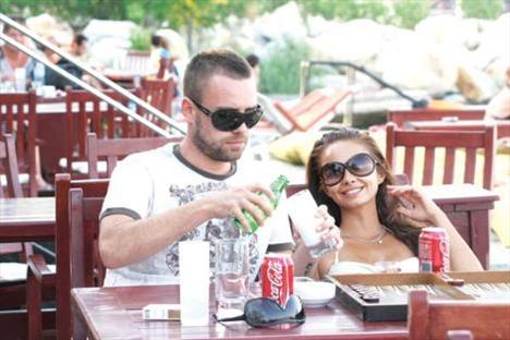 Şarkıcı Murat Dalkılıç ile oyuncu sevgilisi Pelin Sönmez