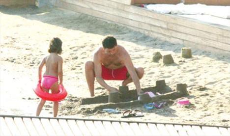Kumdan kaleler Bodrum tatiline Emine Ün'den olan kızı Duru'yla çıkan Emre Kınay, önceki gün sahilde kumdan kaleler inşa ederken objektife takıldı!Duru'yla beraber Xuma Beach'e büyük bir kale kazandıran ünlü, kızına eşlik etme bahanesiyle çocukluğuna döndü.