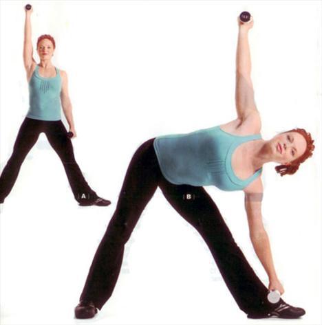 LATERAL BEND VE REACH    Gövde, omuz, diz ve baldır kaslarını çalıştırıyor.    İki eline 4 kilogramlık bir çift dambıl alarak bacaklarını iki yana aç. Sol ayağı dışa doğru 90 derece döndür ve sağ kolunu yukarı doğru dirsekleri kırmadan kaldır (A). Sola doğru eğilirken sol elindeki dambılı da sol bileğine doğru yaklaştır (B). Sağ kolunu yukarıda tutarak gövdeni tekrar doğrult Hareketi önce sola sonra sağa eğilerek 12-15 kez tekrarla. Setlerin arasında 30 saniyeden fazla mola verme.