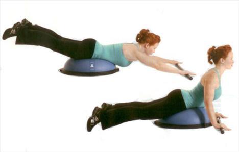 DIVE VE ROLL   Kalça ve sırtı çalıştırıyor.   Bosu'nun 60 cm ilerisine silindir şeklinde bir ağırlık koy. Kalça ve beli Bosu'nun üstünde konumlandırarak, yüz üstü yat ve bacaklarını kaldırabildiğin kadar yukarıda tutmaya çalış. (A). Bacaklarını yavaşça aşağıya indirirken ağırlığı kendine doğru yuvarla. (B) Bu hareketi 12-15 defa tekrarla. Aralarda 30 saniye dinlenerek iki set daha yap.