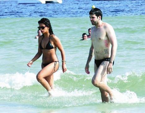 """Onun adı 'Bikini Babe'  Penelope Cruz'un kız kardeşi Monica Cruz, Ibiza sahillerinde objektiflere takıldı. Siyah ipli bikinisiyle çok seksi görünen yıldıza Avrupa basını, """"Bikini Babe"""" lakabını taktı. Cruz'un tatile kiminle çıktığı ise bir soru işareti olarak akıllarda kaldı..."""