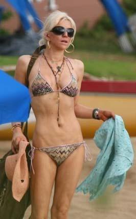 Courtney Love da bikinin yakışmadığı ünlülerden.