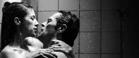 Danimarkalı yönetmen Lars von Trier'nin bu yıl Cannes Film Festivali'nde olay yaratan filmi Antichrist; İngiltere'de de bir şoka neden oldu. Filmlere yaş sınırlaması getiren İngiliz Film Sınıflandırma Kurulu, von Trier'nin yeni çalışması Antichrist'in hiçbir bölümünün kesilmeden vizyona girmesine karar verdi. Cannes'da pornografiye yakın cinsellik ve aşırı şiddet içeren sahneleri nedeniyle tepki çeken film hakkında böyle bir karar verilmesi ülkede tartışma yarattı.   Bu yıl 62'nci kez düzenlenen Cannes Film Festivali'nde Charlotte Gainsbourg'a en iyi kadın oyuncu ödülünü kazandıran filmin erkek başrol oyuncusu ise Willem Dafoe. Senaryosunu da von Trier'nin yazdığı filmin Cannes'da ilk gösterimi yapıldığında salondaki seyircileri ruh hali de birbirinden çok farklıydı. Kimi olup bitenler karşısında şok geçirirken, kimi kahkahalarla gülüyor, kimi de filmi ve yönetmeni ıslıklarla protesto ediyordu.