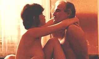 PARİS'TE SON TANGO (ULTIMO TANGO E PARIGI)  İtalyan yönetmen Bernardo Bertolucci, aslında pek çok filmiyle tartışma yarattı. Ama Paris'te Son Tango, belki de en çok tartışılan yapıtı. Eleştirmenler ve seyirciler bu film yüzünden kelimenin tam anlamıyla ikiye bölündü. Kimi filmi bir sanat yapıtı olarak değerlendirip beğenirken; kimi de filmin yaydığı etkileyici cinsel enerjiden aşırı derecede rahatsız oldu.