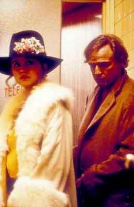 Filmin başrollerinde sinema efsanesi Marlon Brando ile o dönemde genç bir yıldız olan Maria Schrader vardı. FİLMİN KONUSU: Hollywodd'un ağır toplarından Marlon Brando, eşinin intiharını unutmak için ülkesi Amerika'dan ayrılıp Paris'e yerleşen 45 yaşındaki bir adamı canlandırıyor. Bu kederli dul adam ev ararken kendisi gibi umutsuzluğa kapılmış Parisli bir güzelle (Maria Schneider) karşılaşır. Birbirlerinin adını bile bilmeyen, ıstırap içindeki ikili, erotik doruklara çıkan durduramadıklara bir dansa başlarlar.